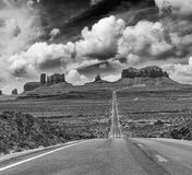 Itinéraire historique 163 des USA fonctionnant par la vallée célèbre de monument dessus Images stock