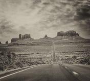 Itinéraire historique 163 des USA fonctionnant par la vallée célèbre de monument dessus Photo libre de droits
