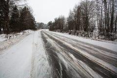Itinéraire rural d'hiver, la route de neige nature photographie stock libre de droits