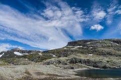 Itinerario d'escursione pietroso al punto di riferimento di Trolltunga, Norvegia immagine stock