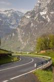 Itinerario dell'asfalto della montagna - Svizzera Immagini Stock