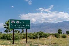 Itinerario della strada principale degli Stati Uniti 6 - firmi dentro il vescovo California Grande esercito della strada principa immagini stock