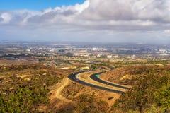 Itinerario 73 dello stato di California osservato dalla vista Ridge Park immagine stock libera da diritti