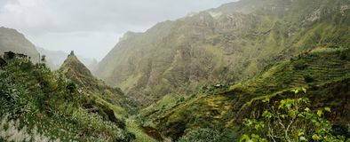 Itinerario di trekking alla valle di Xo-Xo Picchi duri e pareti immense della montagna intorno al burrone Abitazioni locali costr Fotografia Stock