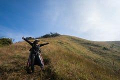 Itinerario di trekking della montagna del picco del trekker della donna Immagine Stock
