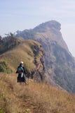 Itinerario di trekking della montagna del picco del trekker della donna Fotografie Stock