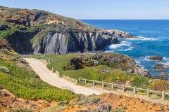 Itinerario e scogliere di trekking nella spiaggia in Almograve Fotografia Stock Libera da Diritti