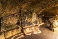 Itinerario turistico, rocce potenti e vegetazione, caverna della roccia, interes Immagine Stock