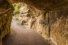 Itinerario turistico, rocce potenti e vegetazione, caverna della roccia, interes Immagine Stock Libera da Diritti
