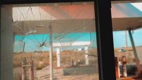 Itinerario 66 video di movimento lento tagliato di rifornimento della finestra della strada 66 di crisi Vecchia stazione di servi stock footage
