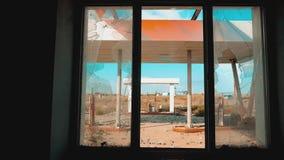 Itinerario 66 video di movimento lento tagliato di rifornimento della finestra della strada 66 di crisi Vecchia stazione di servi video d archivio