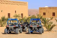 Itrane Marocko - Februari 24, 2016: blå polstjärnan RZR 800 med ingen pilot som parkeras i en liten Berberby i den Marocko öknen  Royaltyfria Foton