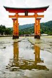Itsukushima寺庙Torii门在宫岛 库存照片