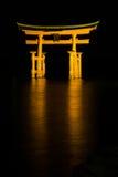 Itsukushima relikskrin på natten Arkivfoto