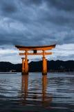 Itsukushima relikskrin på skymning Royaltyfri Foto