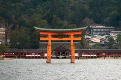 Itsukushima relikskrin som svävar den Torii porten, Miyajima ö, Japan Royaltyfria Foton