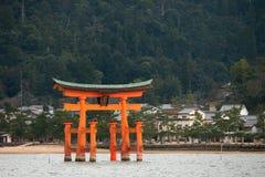Itsukushima relikskrin som svävar den Torii porten, Miyajima ö, Japan Arkivfoton