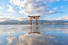 Itsukushima stor röd sväva Torii port på den Miyajima ön, Hiroshima, Japan royaltyfri bild