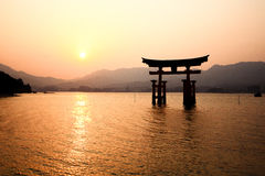 Itsukushima Torii port i Miyajima, Japan Arkivfoton