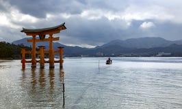 Itsukushima Unosi się Torii bramę Fotografia Stock