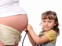 Ittle dziewczyna słucha stetoskopu brzuch obraz stock