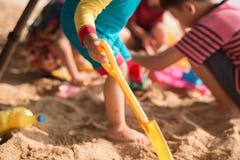ittle jongen het spelen zand op de tijd van de strandzomer Royalty-vrije Stock Afbeeldingen