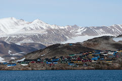 Ittoqqortoormiit by i Grönland royaltyfri fotografi