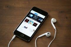 ITunes在苹果计算机iPhone 5S的音乐图 库存照片