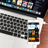 ITunes στο iPhone 6 της Apple επίδειξη συσκευών Στοκ Εικόνες