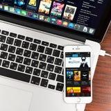 ITunes na exposição do dispositivo do iPhone 6 de Apple Imagens de Stock