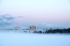 ?ity en la niebla Foto de archivo libre de regalías