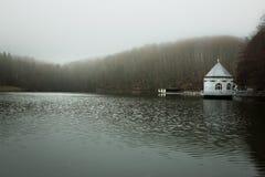 Itzenplitzer的Weiher在Heiligenwald, Schiffwei水泵房 免版税图库摄影