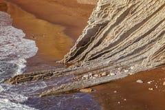 Itzurunstrand, flysch van Zumaia op de kust Gipuzkoa, Spanje stock afbeelding