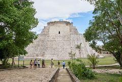 Iucatão, México - 2 de junho de 2015: A pirâmide do caixa de fortuna, Uxmal, ruínas imagens de stock royalty free
