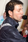 Iulian Vasile canta para la muchedumbre. Fotografía de archivo
