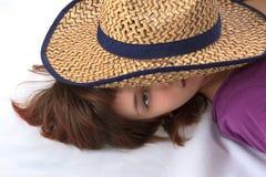 Iunder da menina um chapéu Fotos de Stock Royalty Free