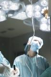 IV ιατρική σταλαγματιά στη χειρουργική επέμβαση Στοκ φωτογραφίες με δικαίωμα ελεύθερης χρήσης