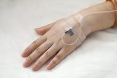 IV σταλαγματιά στο χέρι ασθενών στοκ φωτογραφία