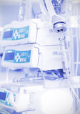 IV σταλαγματιά και σύγχρονος ιατρικός εξοπλισμός. στοκ εικόνα