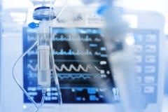 IV σταλαγματιά στο υπόβαθρο του ελέγχου ECG στοκ φωτογραφία με δικαίωμα ελεύθερης χρήσης