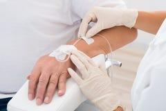 IV σταλαγματιά χέρι ασθενών ` s Στοκ Φωτογραφία