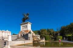 Скульптура лошади короля Филиппа IV в Мадриде, Испании Скопируйте космос для текста стоковые изображения