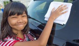 女孩洗涤的汽车IV 库存照片