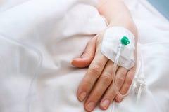 Iv de hand van de druppelintern verpleegde patiënt royalty-vrije stock afbeelding