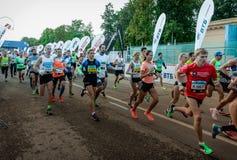 2016 09 25: IV de Marathon van Moskou Het begin van 42 2 km Stock Afbeelding