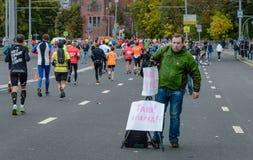 2016 09 25: IV de Marathon van Moskou 36-ste km-marathonafstand Stock Foto's
