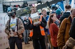 2016 09 25: IV de Marathon van Moskou Videographerscontrole het schieten van de helikopter Het begin van 42 2 km Stock Afbeelding