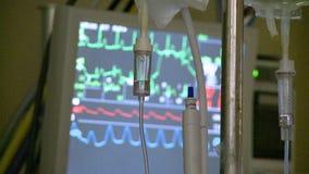 IV druppels, vitalsmonitor op achtergrond tijdens robotachtige hysterectomiechirurgie stock videobeelden
