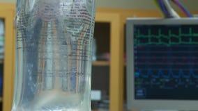 IV druppelzak met vitalsmonitor op achtergrond tijdens ruggegraatschirurgie 2 van 2 stock videobeelden
