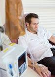 IV gocciolamento allegato alla mano del paziente fotografia stock